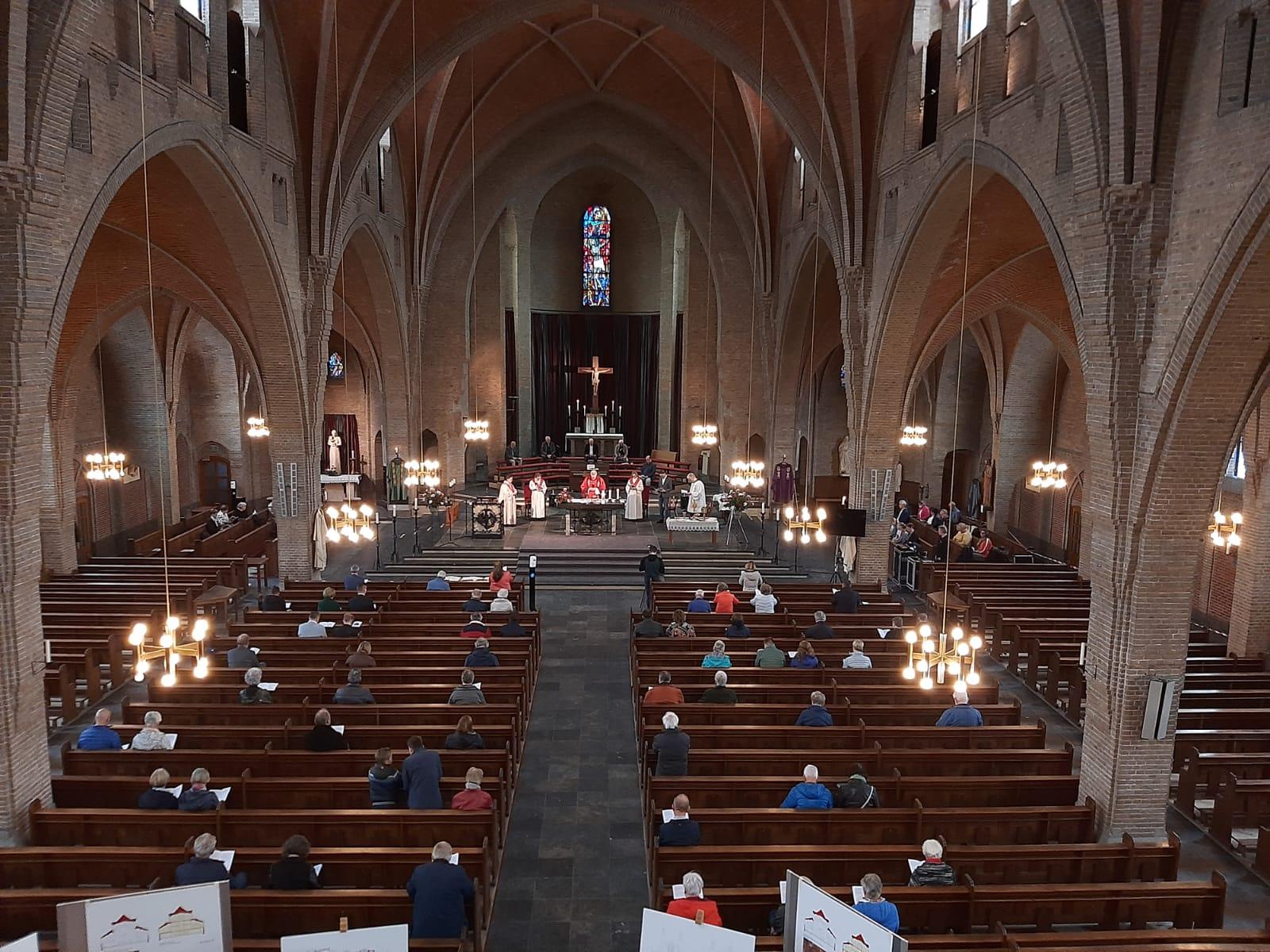 Afscheidsviering van de Oldenzaalse Drieëenheidskerk: 'Voelt als een uitvaart' – Videoreportage